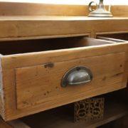 Credenza vetrina in legno di larice antico naturale.Particolare cassetti.Arredamento classico contemporaneo Siena e Firenze
