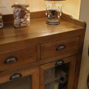Credenza vetrina in legno di larice antico naturale.Particolare.Arredamento classico contemporaneo Siena e Firenze