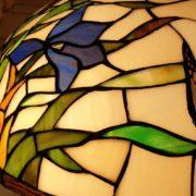Lampada Tiffany farfalle con base in fusione brunita. Particolare paralume. Arredamento classico contemporaneo Siena e Firenze