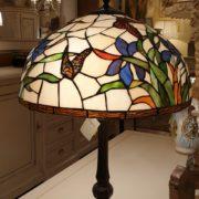 Lampada Tiffany farfalle con base in fusione brunita.Particolare. Arredamento classico contemporaneo Siena e Firenze