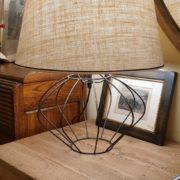 Lampada Zucca con base in ferro e paralume tronco di cono. Particolare.Arredamento classico contemporaneo Siena e Firenze.