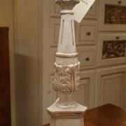 Lampada candelabro toscano in legno di tiglio intagliata e laccata a mano.Particolare base. Arredamento classico contemporaneo Siena e Firenze