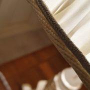 Lampada candelabro toscano in legno di tiglio intagliata e laccata a mano.Particolare bordino. Arredamento classico contemporaneo Siena e Firenze