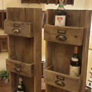 Pannello porta bottiglie in legno vecchio a forma di cassettiera. Arredamento classico contemporaneo Siena e Firenze 1