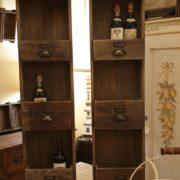Pannello porta bottiglie in legno vecchio a forma di cassettiera. Arredamento classico contemporaneo Siena e Firenze