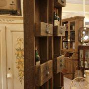 Pannello porta bottiglie in legno vecchio a forma di cassettiera. Arredamento classico contemporaneo Siena e Firenze (2)