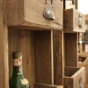 Pannello porta bottiglie in legno vecchio a forma di cassettiera. Particolare cassetti.Arredamento classico contemporaneo Siena e Firenze