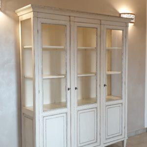 Vetrina a tre ante in legno di cilegio laccata a mano. laterale.Arredamento classico contemporaneo Siena e Firenze