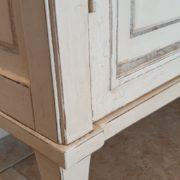 Vetrina a tre ante in legno di cilegio laccata a mano. laterale.Particolare.Arredamento classico contemporaneo Siena e Firenze