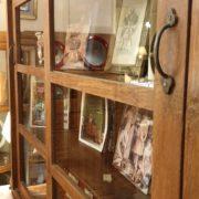 Libreria coloniale antica in legno di teak primi '900.Particolare laterale.Mobili antichi Siena e Firenze