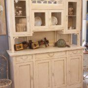 Credenza con alzata a vetrina in stile Liberty originale in legno di rovere laccata a mano. Laterale.Mobili antichi Siena e Firenze