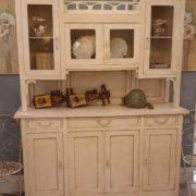 Credenza con alzata a vetrina in stile Liberty originale in legno di rovere laccata a mano. Mobili antichi Siena e Firenze
