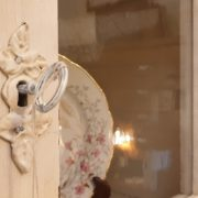 Credenza con alzata a vetrina in stile Liberty originale in legno di rovere laccata a mano. Particolare serratura.Mobili antichi Siena e Firenze