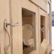 Credenza con alzata a vetrina in stile Liberty originale in legno di rovere laccata a mano. Particolare sportelli superiori.Mobili antichi Siena e Firenze