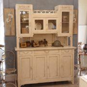 Credenza con alzata a vetrina in stile Liberty originale in legno di rovere laccata a mano.Frontale. Mobili antichi Siena e Firenze