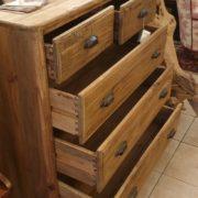Cassettone in legno di abete antico massello. Cassetti aperti. Arredamento classico contemporaneo Siena e Firenze