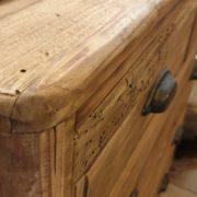 Cassettone in legno di abete antico massello. Particolare piano. Arredamento classico contemporaneo Siena e Firenze.