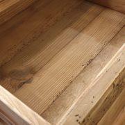 Cassettone in legno di abete antico massello.Particolare interno cassetto. Arredamento classico contemporaneo Siena e Firenze