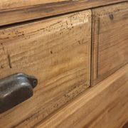 Cassettone in legno di abete antico massello.Particolare maniglie. Arredamento classico contemporaneo Siena e Firenze