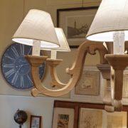 Lampadaraio in legno di larice anticato e leggermente sabbiato..Di lato.Arredamento classico contemporaneo Siena e Firenze