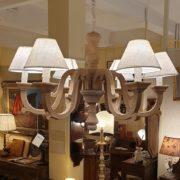 Lampadaraio in legno di larice anticato e leggermente sabbiato.Frontale.Arredamento classico contemporaneo Siena e Firenze