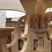 Lampadaraio in legno di larice anticato e leggermente sabbiato.Particolare.Arredamento classico contemporaneo Siena e Firenze