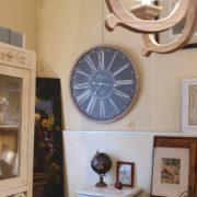 Orologio da parete con cornice in legno naturale sbiancato. Frontale. Mobili country Siena e Firenze