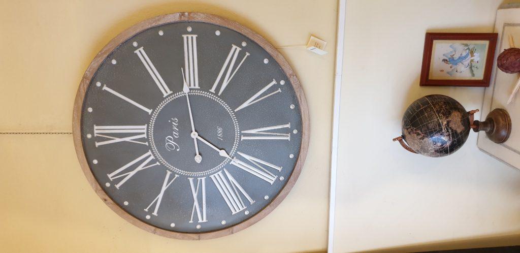 Orologio da parete con cornice in legno naturale sbiancato. Mobili country Siena e Firenze