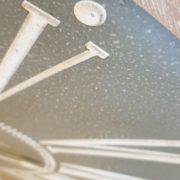 Orologio da parete con cornice in legno naturale sbiancato. Particolare numeri romani. Mobili country Siena e Firenze