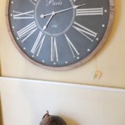 Orologio da parete con cornice in legno naturale sbiancato.Particolare. Mobili country Siena e Firenze