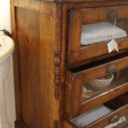 Cassettiera Toscana antica metà '800 in legno di larice massello a sei cassetti a vetro. Particolare .Mobili antichi Siena e Firenze