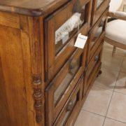 Cassettiera Toscana antica metà '800 in legno di larice massello a sei cassetti a vetro. Particolare. Mobili antichi Siena e Firenze