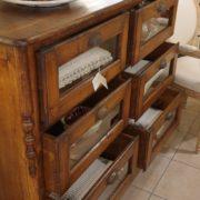 Cassettiera Toscana antica metà '800 in legno di larice massello a sei cassetti a vetro.Cassetti aperti. Mobili antichi Siena e Firenze