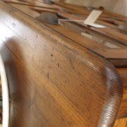 Cassettiera Toscana antica metà '800 in legno di larice massello a sei cassetti a vetro.Particolare piano. Mobili antichi Siena e Firenze
