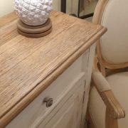 Credenza in legno di olmo laccata a mano con piano in olmo antico naturale. Particolare piano. Mobili country Siena e Firenze