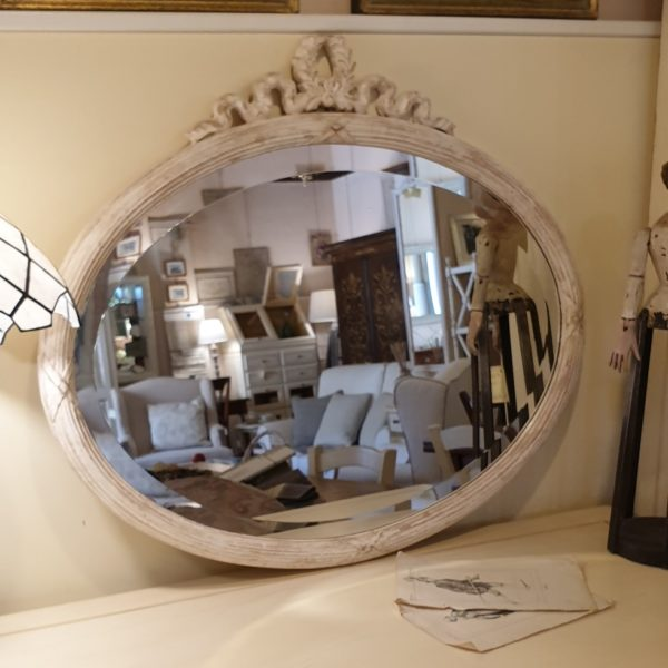 Specchiera ovale in legno con intaglio in finitura laccata decapata.Mobili country Siena e Firenze