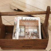 Vecchio filarino primi '800 in legno di castagno utilizzabile come porta riviste. Frontale.Mobili antichi Siena e Firenze