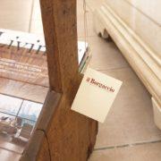 Vecchio filarino primi '800 in legno di castagno utilizzabile come porta riviste.Particolare manico. Mobili antichi Siena e Firenze