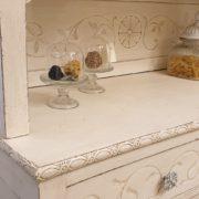 Vetrina Toscana in legno di faggio laccata a mano originale in stile Liberty.Particolare centrale.Mobili antichi Siena e Firenze