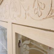 Vetrina Toscana in legno di faggio laccata a mano originale in stile Liberty.Particolare intaglio.Mobili antichi Siena e Firenze