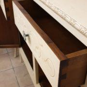 Vetrina Toscana in legno di faggio laccata a mano originale in stile LibertyParticolare cassetti..Mobili antichi Siena e Firenze.