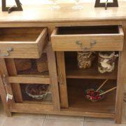 Vetrinetta in legno di tiglio massello anticato decapato con due ante e due cassetti. Aperta. Mobili country Siena e Firenze