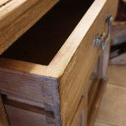 Vetrinetta in legno di tiglio massello anticato decapato con due ante e due cassetti.Particolare cassetto. Mobili country Siena e Firenze