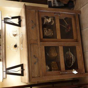 Vetrinetta in legno di tiglio massello anticato e decapato con due ante e due cassetti. Mobili country Siena e Firenze