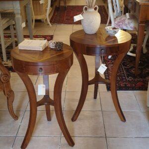 Coppia di tavolini in noce vecchio lastronato in misure diverse di diametro. Arredamento classico contemporaneo Siena e Firenze