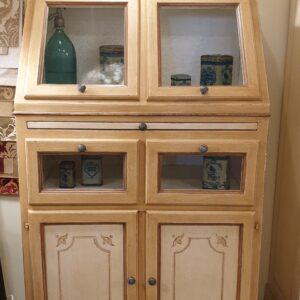 Dispensa credenza cassettiera in legno di tiglio laccata e decorata a mano con tiretto. Arredamento classico contemporaneo Siena e Firenze.