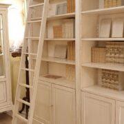 Libreria con scala in legno di ciliegio laccata a mano, 4 ante e ripiani regolabili con scalette di legno interna 1. Arredamento classico contemporaneo Firenze.