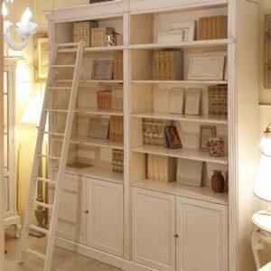 Libreria con scala in legno di ciliegio laccata a mano, 4 ante e ripiani regolabili con scalette di legno interna. Arredamento classico contemporaneo Firenze.