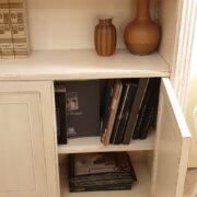 Libreria con scala in legno di ciliegio laccata a mano, 4 ante e ripiani regolabili, particolare dell'interno. Arredamento classico contemporaneo Firenze.