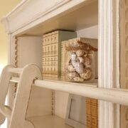 Libreria con scala in legno di ciliegio laccata a mano, 4 ante e ripiani regolabili, particolare scala. Arredamento classico contemporaneo Firenze.